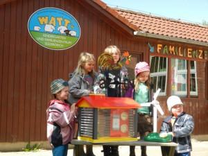 Die Kinder mit ihrer Wetterstation