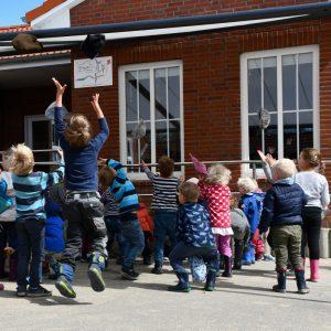 Kindergärten und Mützen